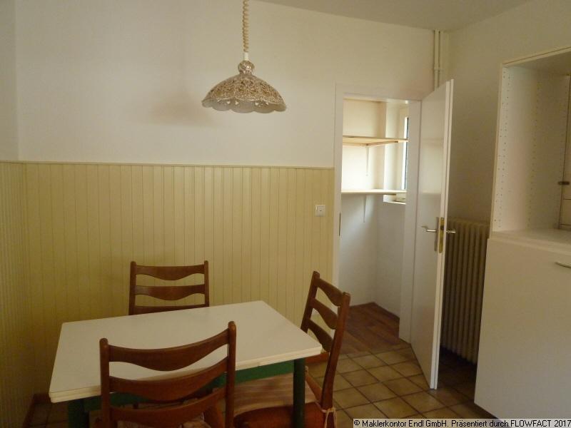 Essplatz in der Küche mit Abstellkammer