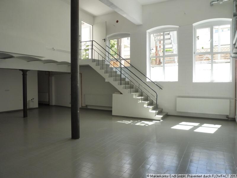 Raum 1 mit Eingangstreppe